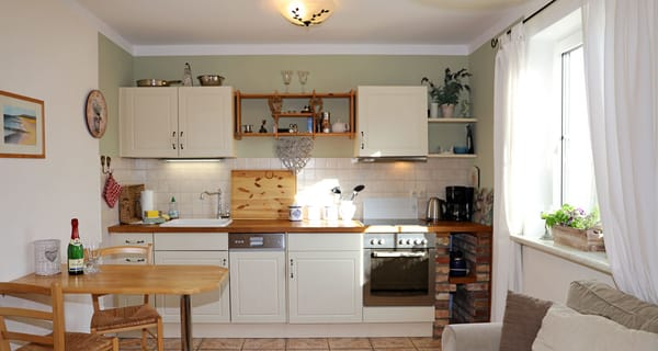 In der voll ausgestattete Küche mit Herd und Geschirrspüler finden Sie alles für gemütliches Kochen und Backen!