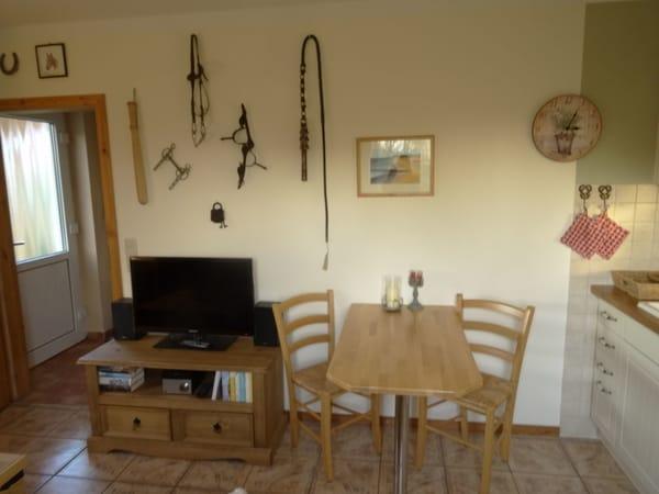 Essbereich und voll ausgestattete Küche mit Herd und Geschirrspüler