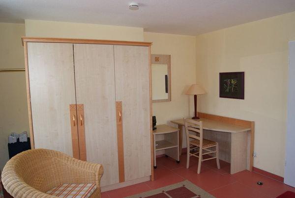 Kleiderschrank und Schreibtisch in der Whg 306