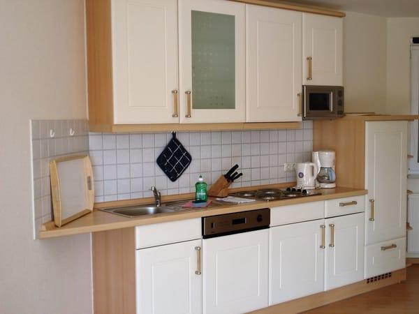komplett ausgestattete Küche mit Geschirrspülmaschine
