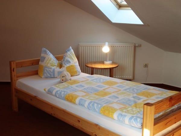Zwei Einzelbetten im oberen Schlafzimmer