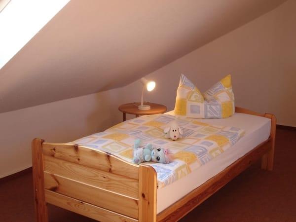 Die Einzelbetten sind für Erwachsene und Kinder gleichermaßen gut geeignet.