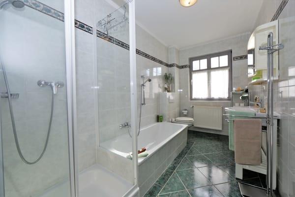 Bad mit Badewanne & Dusche
