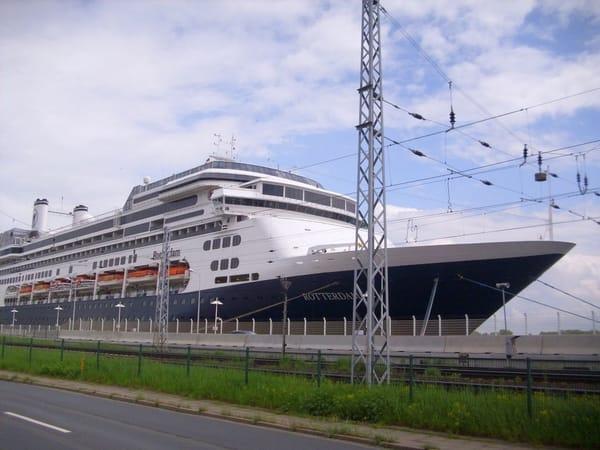 Kreuzfahrtschiff in Warnemünde