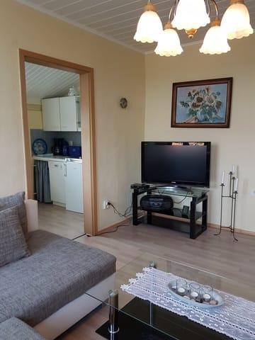 Fernsehbereich und Eingang zur Küche