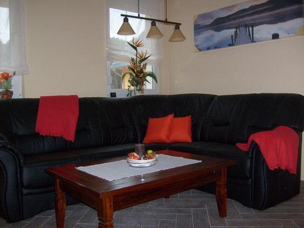 komfortable Ledercouch im Wohnbereich