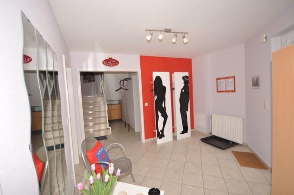 Herzlich Willkommen im Eingangsbereich vom Rapunzelturm mit Garderobe für Sie und Ihn - hier befinden sich auch ein neues Bad mit Waschmaschine & Trockner sowie das blaue und das grüne Schlafzimmer