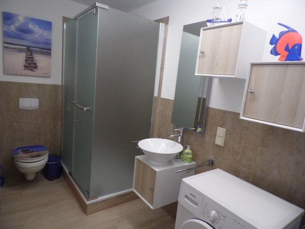 neues Bad in der unteren Etage für das blaue und das grüne Schlafzimmer mit großer Dusche, Waschbecken, WC, Föhn, Waschmaschine und Trockner
