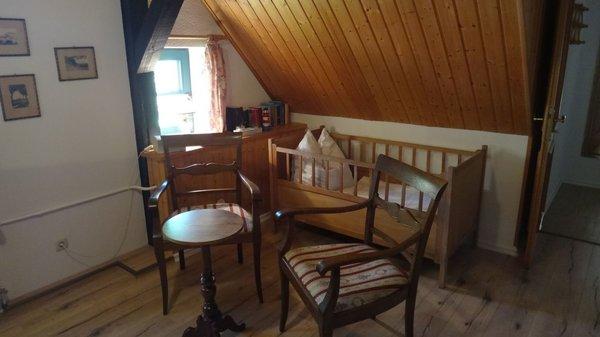 Sitzgruppe mit Kinderbett