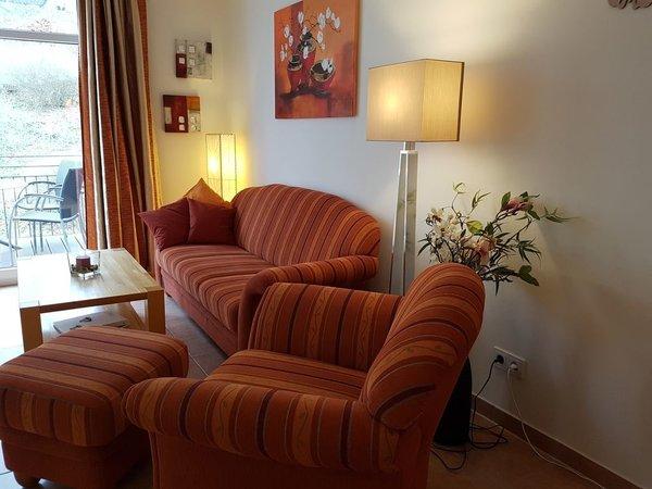 Der rechte Teil des Wohnzimmers mit gemütlicher Sitzgruppe. Gegenüber (siehe nächstes Bild)  befindet sich der Eßtisch mit der Küchenzeile.