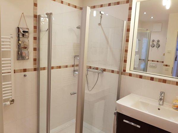 Das Duschbad mit einem Handtuchwärmer