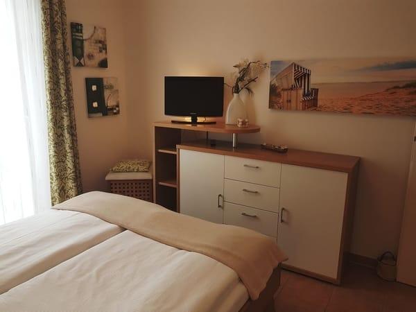 Das Schlafzimmer mit einem Doppelbett in der Größe von 1,60 m x 2,00 m. Hier finden Sie einen 2. Fernseher vor.  In der Kommode können Sie ausreichend Ihre Wäsche unterbringen.