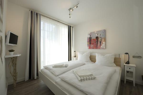 Schlafzimmer 2 mit Zugang zur Ankleide, dem Gäste-WC