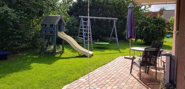 Südterrasse mit Garten und Spielgeräten
