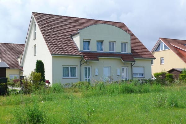 Vor dem Haus ist eine Grünfläche