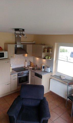 Einbauküche mit Backofen, Herd, Mikrowelle, Geschirrspüler, Kaffeemaschine, Toaster...