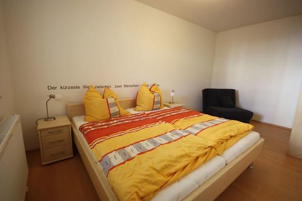 Schlafzimmer mit Doppelbett und zusätzlichem Einzelbett