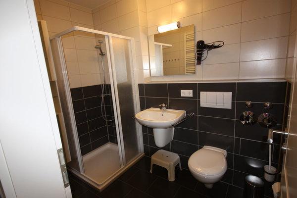 Tageslichtbad mit Dusche/WC und Handtuchwärmer