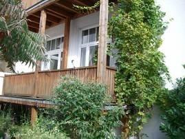 Die ruhige Hofansicht mit Balkon