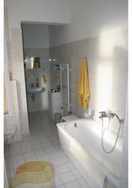 Das großzügig bemessene Bad mit Dusche
