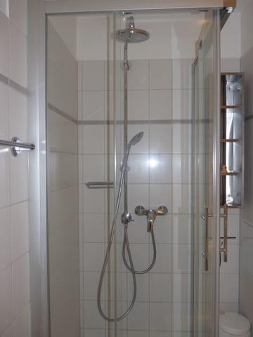 Badezimmer mit Regendusche