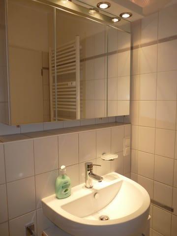 Badezimmer mit Spiegelschrank