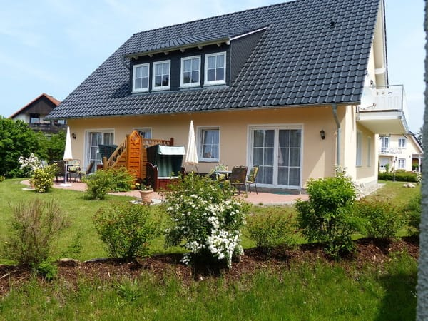 Außenansicht: Haus D, großer Balkon und Terrasse