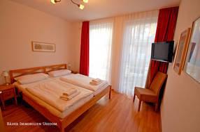 Beide Schlafzimmer sind mit einem per Fernbedienung verstellbarem Doppelbett ausgestattet. Während das eine Schlafzimmer mit einem Flachbildfernseher ausgestattet ist...