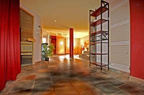 Der separate Saunabereich verfügt über eine finnische Sauna, Biosauna und ein Kneippbad. All inclusive!!!
