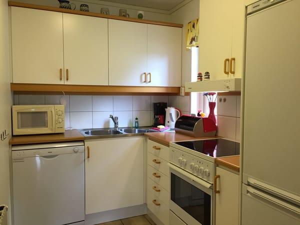 Ferienhaus Residenz zu den 3 Tannen Zingst - Küche mit Geschirrspüler, Kühl- und Gefrierschrank, Backofen, Herd, Wasserkocher, Kaffeemaschine, Mikrowelle ...