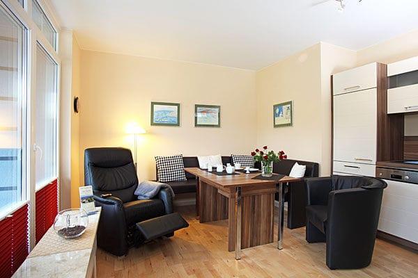 Wohnzimmer mit Sitzecke und Relaxsessel