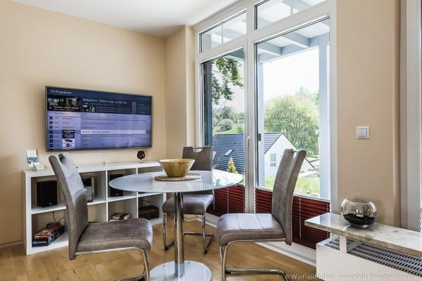 Wohnzimmer - Esstisch und Fernseher