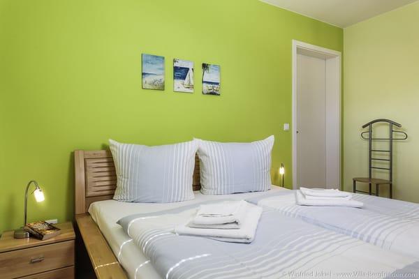 Doppelbett, Nachttisch mit Leselampen