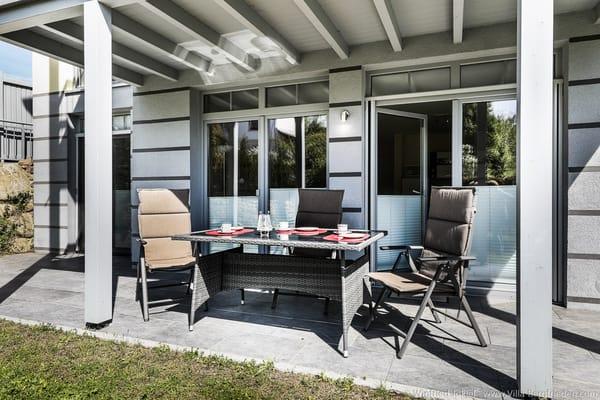 Terrasse mit Tisch und Stühle