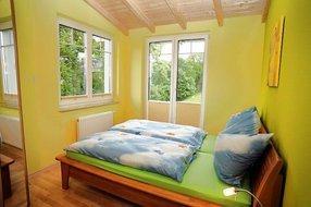 Schlafzimmer 1 Betten mit Komforthöhe, an Kopf- und Fußende verstellbarer Lattenrost