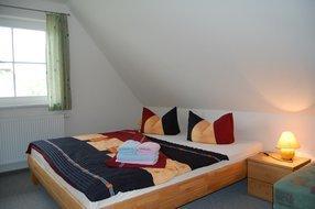 Schlafzimmer im OG mit Doppelbett u. EB