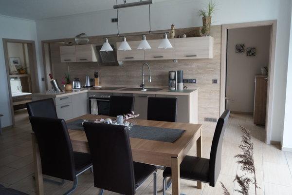 Der Essbereich mit Küche und Tischgruppe