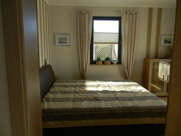 Das Schlafzimmer mit einem Doppelbett(1,80 m breit) u.großem Schrank