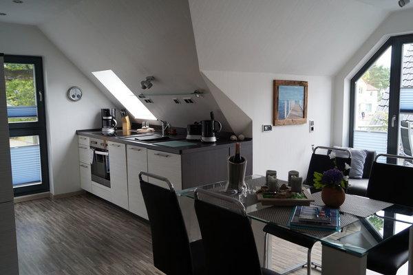 Die Küchenzeile mit Sitzgruppe