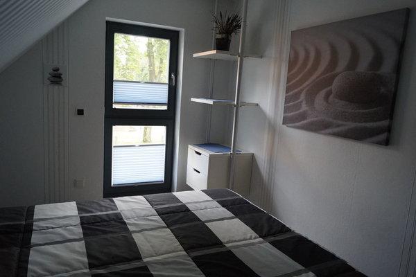 Das Schlafzimmer mit großem Bett (1,80m breit)