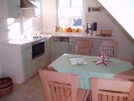 Blick in die offene Küche mit Essplatz
