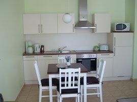 Küchenbereich mit ausziehbaren Tisch