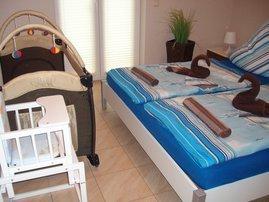 Schlafzimmer mit Doppelbett ,für die kleinen sind Kinderreisebett und Kinderhochstuhl vorhanden
