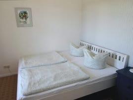 Schlafzimmer mit Doppelbett 1,80 m breit
