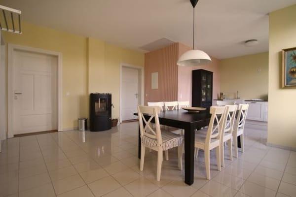 Essraum mit offener Küche und Zugang zu den Zimmern
