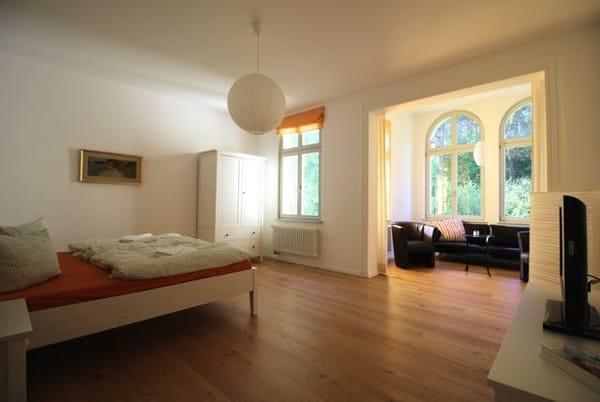 Schlafzimmer 2 mit Sitzbereich im Erker