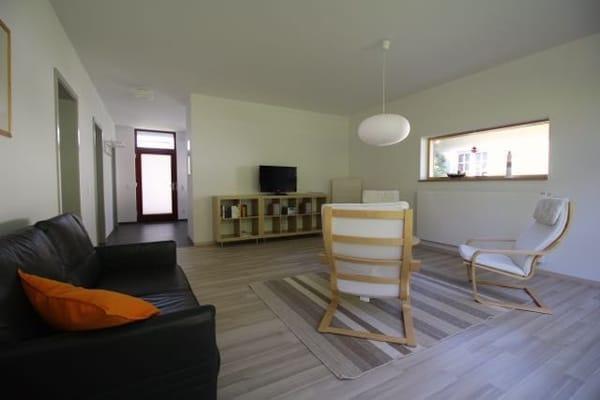 Wohnraum mit Durchgang zur Küche