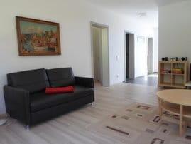 Wohnzimmer mit Durchgang zu den Zimmern