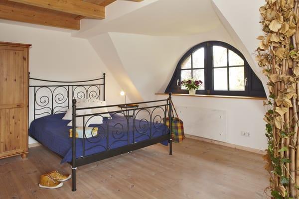 Das Schlafzimmer in der oberen Etage bietet sehr viel Platz...