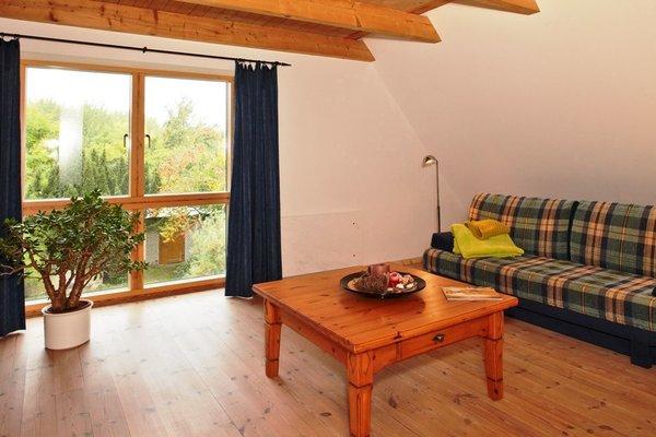 Das obere Schlafzimmer ist zugleich zweiter Wohnraum mit Blick ins Grüne